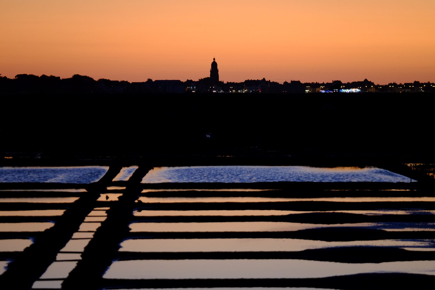 La vue sur les marais salants et le clocher du Croisic