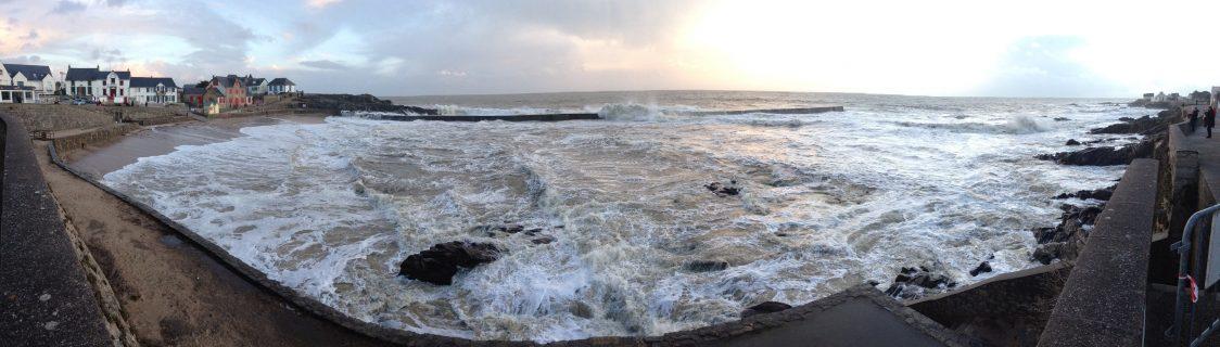 Batz sur mer et sa digue dépassée par les vagues