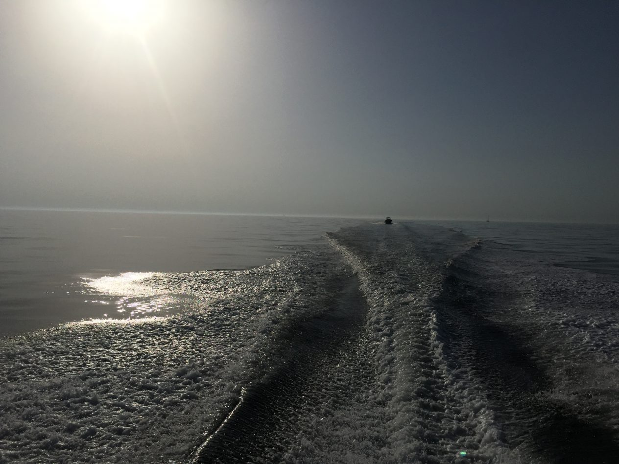 Une mer calme sous un soleil de plomb