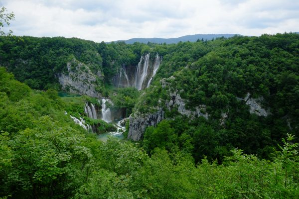 Une région de lacs reliés entre eux par des cascades