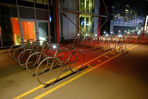 Oslo, la nuit des vélos installés dans une rue