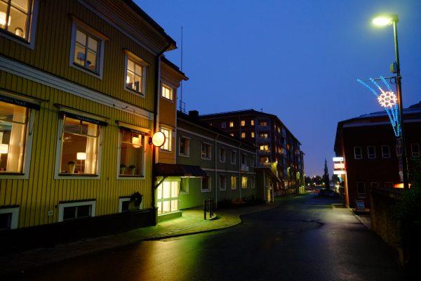 Esthétisme suédois dans une ville la nuit