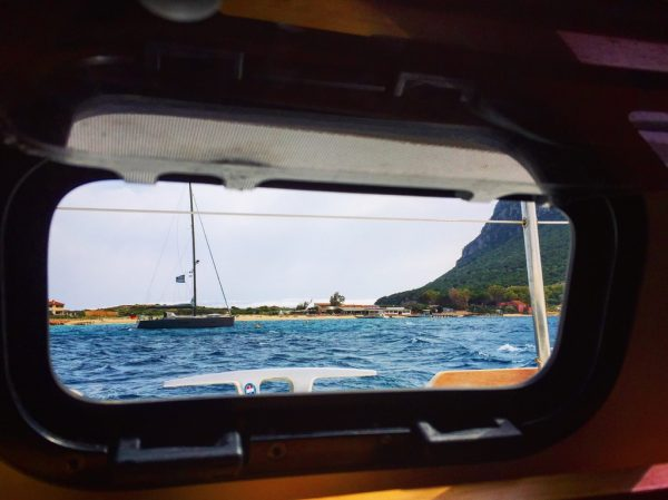 Tavolara vue par le hublot d'un bateau