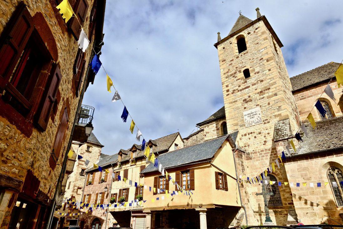 Les drapeaux et les jolis maison de la Canourgue