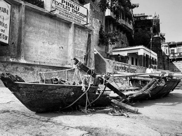 Bénarès et une barque abandonnée