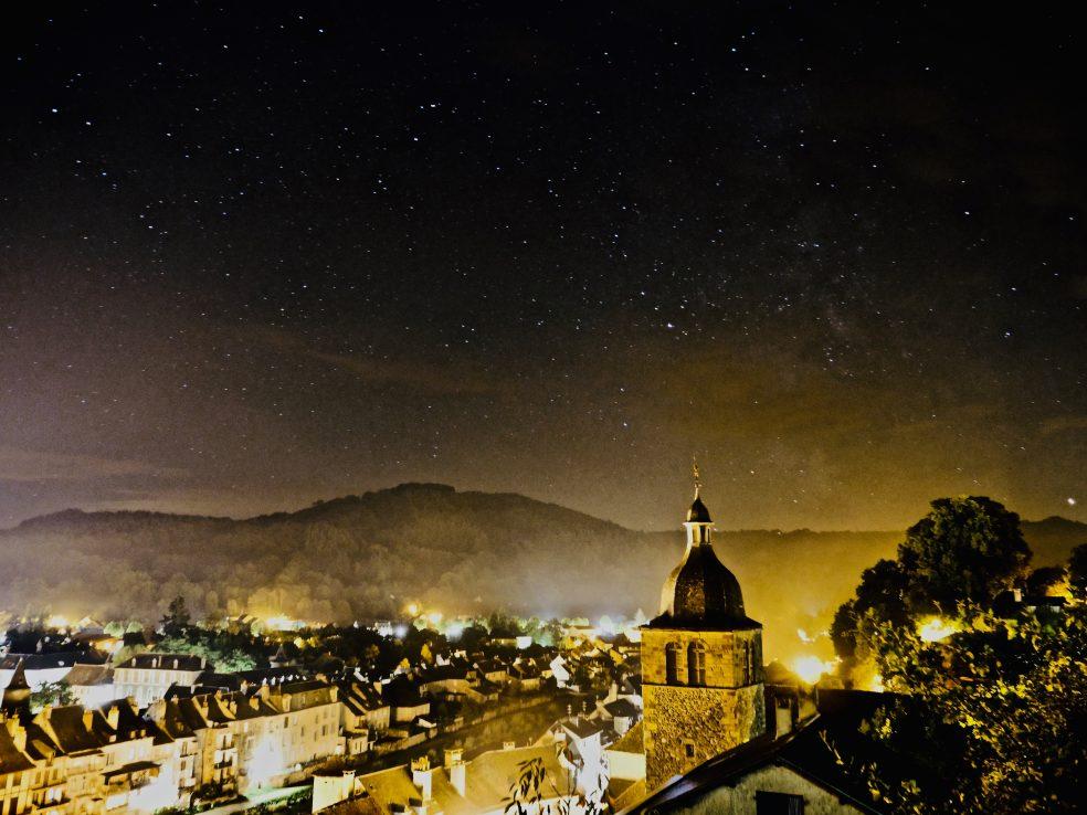 Vue sur Saint-Geniez la nuit