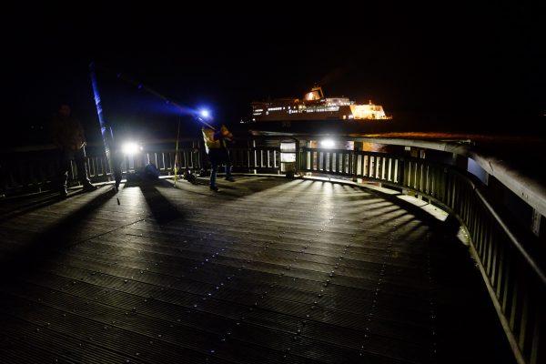 Sur la jetée de Calais la nuit