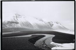 Des plages de sable noir dans l'Est du pays