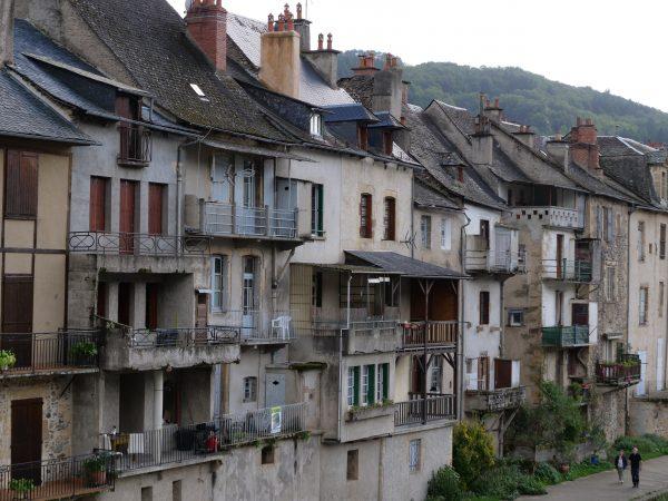La façade de maisons sur le bord du Lot