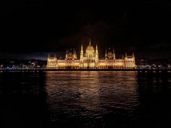 La nuit le Parlement brille de mille feux tel un Palais