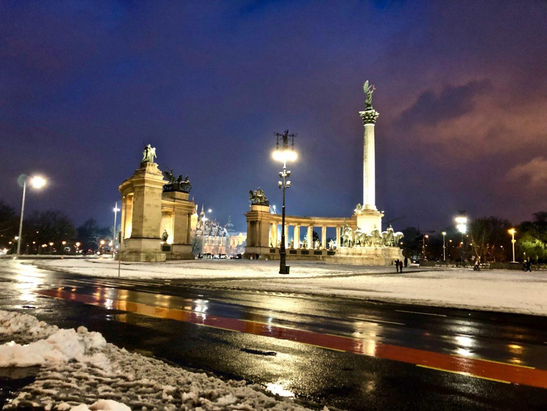 La place des héros du crépuscule, l'une des choses à faire à Budapest