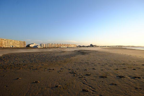 Un coucher de soleil sur la plage de Calais