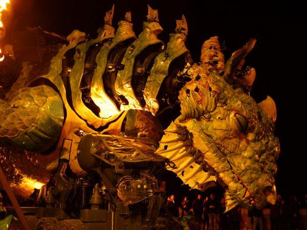 Le dragon de Calais pendant la nuit