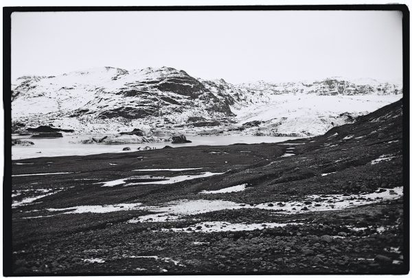 Photo en noir et blanc d'un glacier en Islande