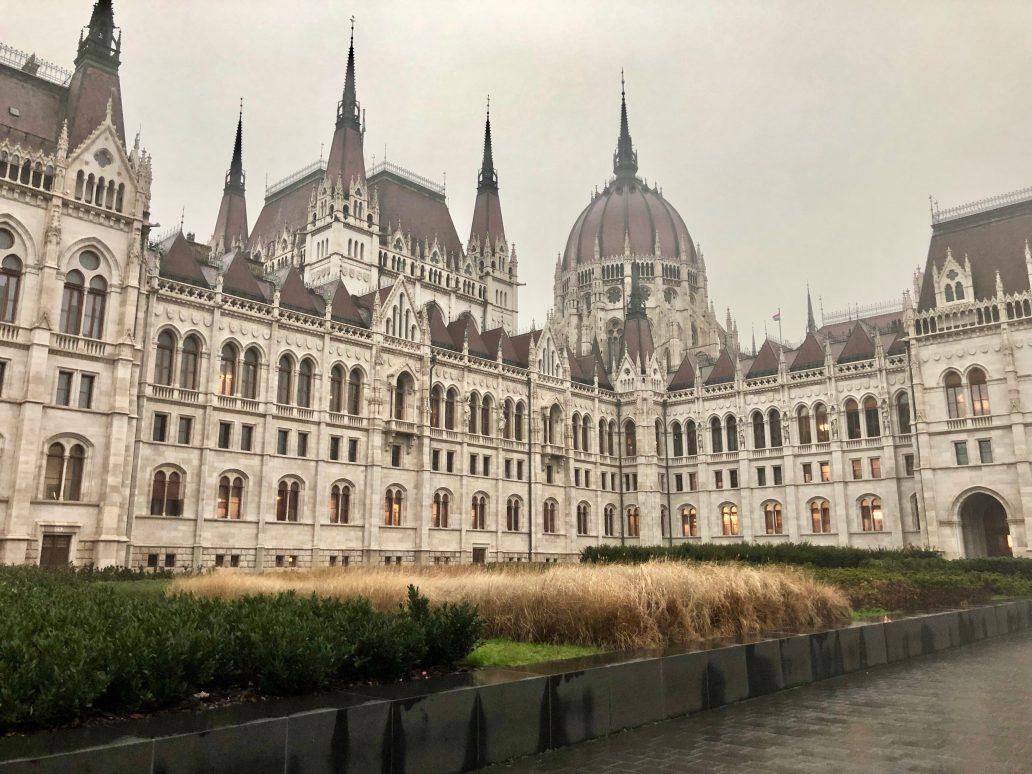 Le splendide parlement de Budapest un jour de pluie