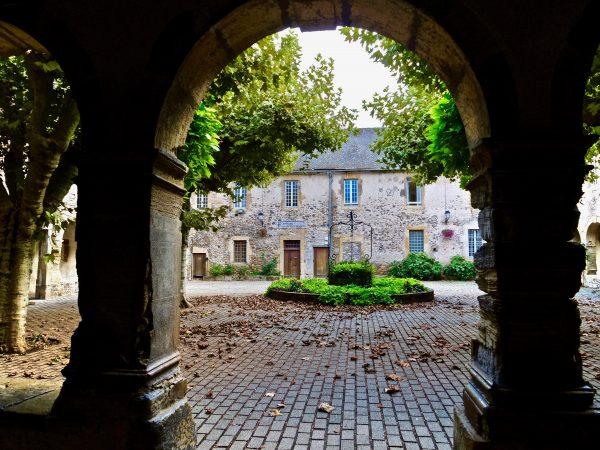 Le très joli cloître des Augustins avec un joli puits au centre