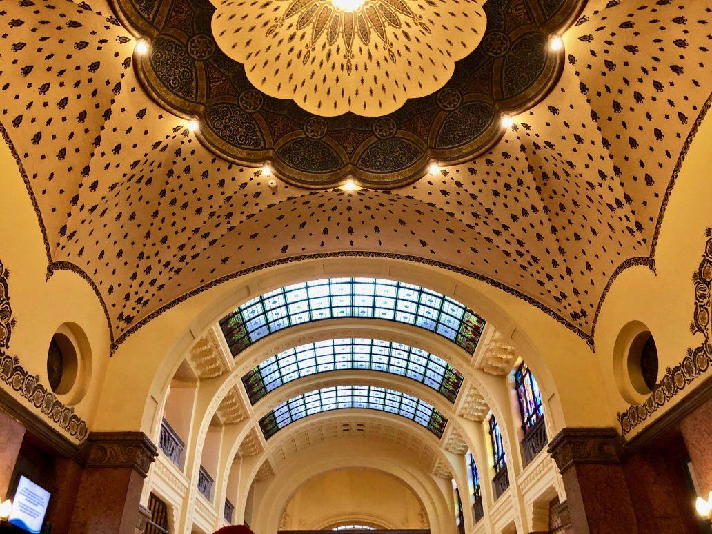 Les plafonds dans le hall d'entrée des bains Gellért
