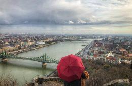 Sur la colline Gellért la vue sur le Danube et Budapest