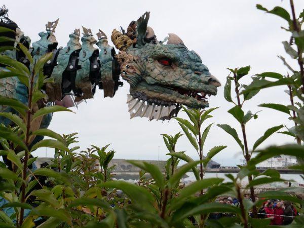 Entre le port et le centre ville un dragon évolue lentement