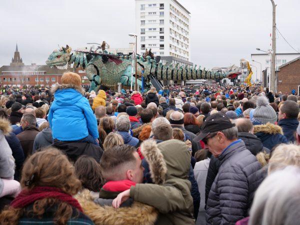 Calais et une foule très nombreuse