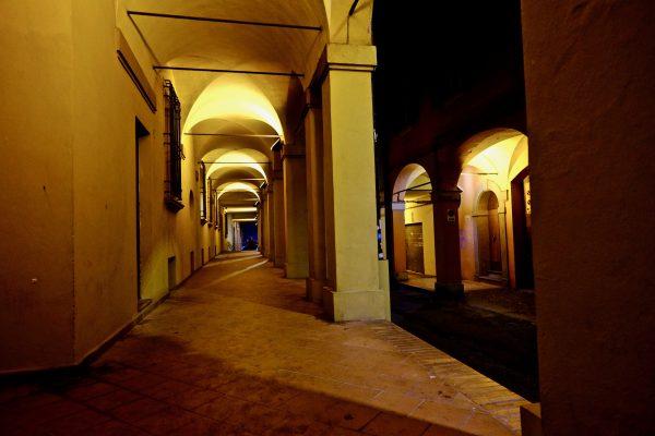 Dans les rues de Bologne la nuit sous les arches