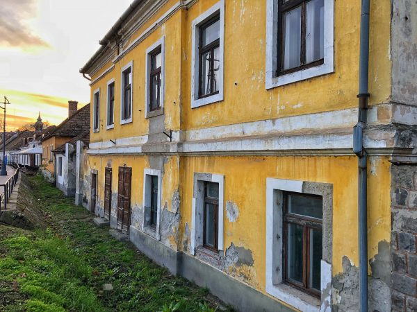 Des maisons le long du Danube en Hongrie