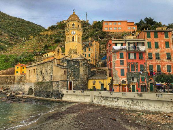 Une vue sur une église à Cinque Terre