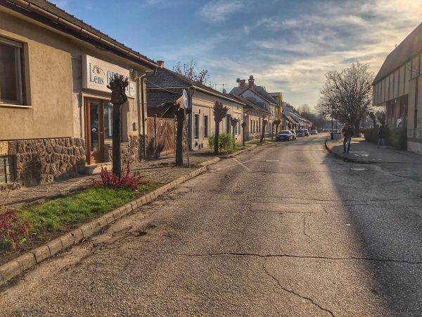 La lumière rasante dans les rues de Szentendre en fin de matinée