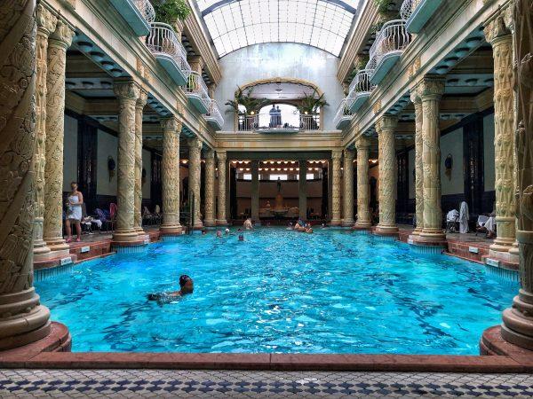 La piscine des bains Gellert sur la rive droite