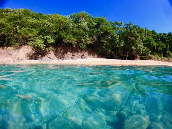 Une plage déserte en Guadeloupe
