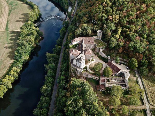 Une vue aérienne du château de Cénevières dans le Lot