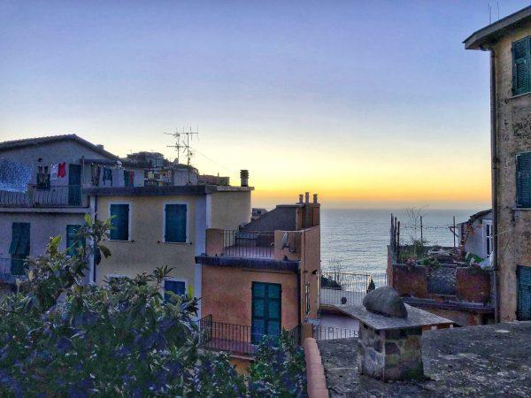 L'un des villages de Cinque Terre au crépuscule