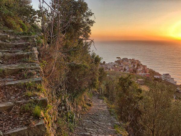 Corniglia dans les lointains lors d'un coucher du soleil
