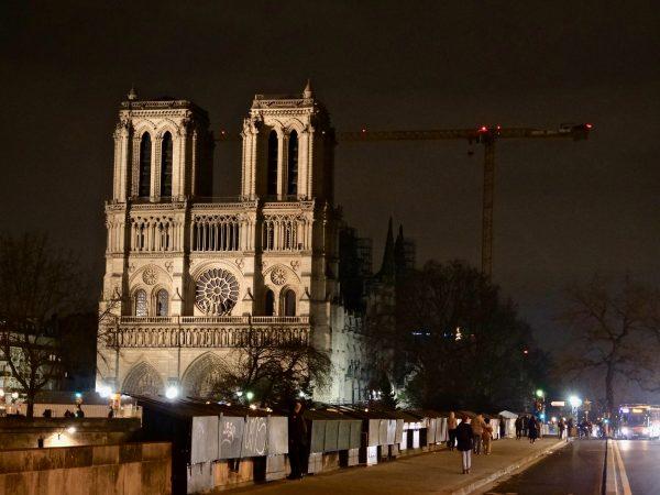 La façade de Notre Dame et une immense grue
