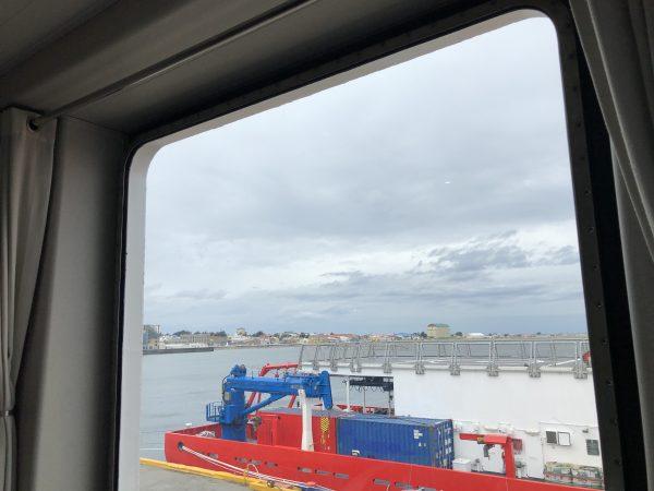 La vue depuis un navire amarré dans le port de Punta Arenas