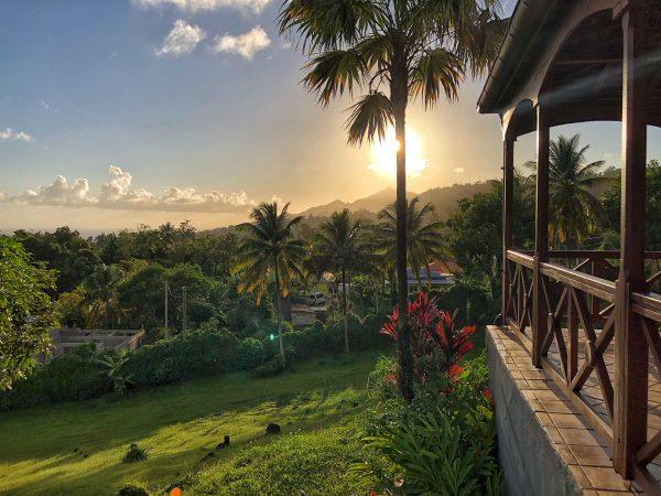 La terrasse ensoleillée d'une des bonnes adresses de Guadeloupe