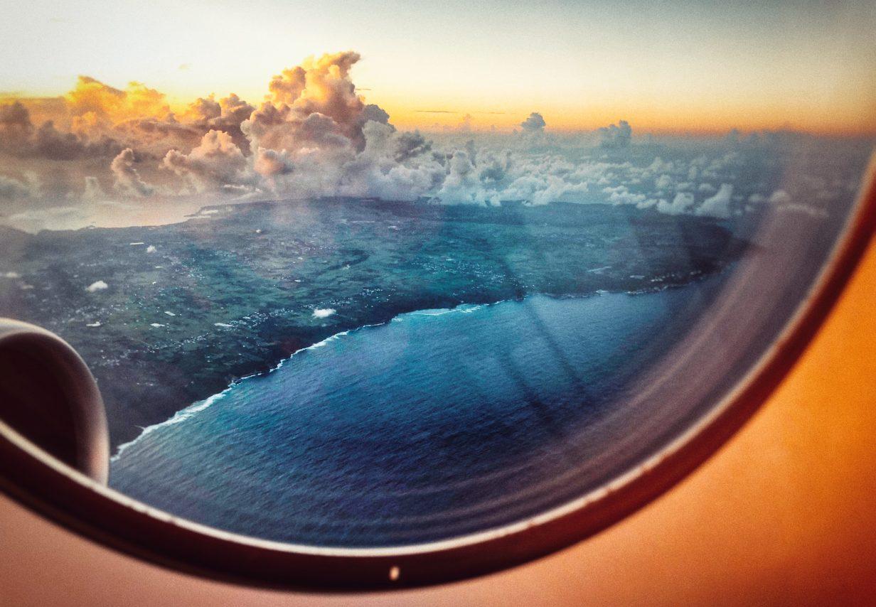 La vue du hublot sur la Guadeloupe et l'Océan Atlantique