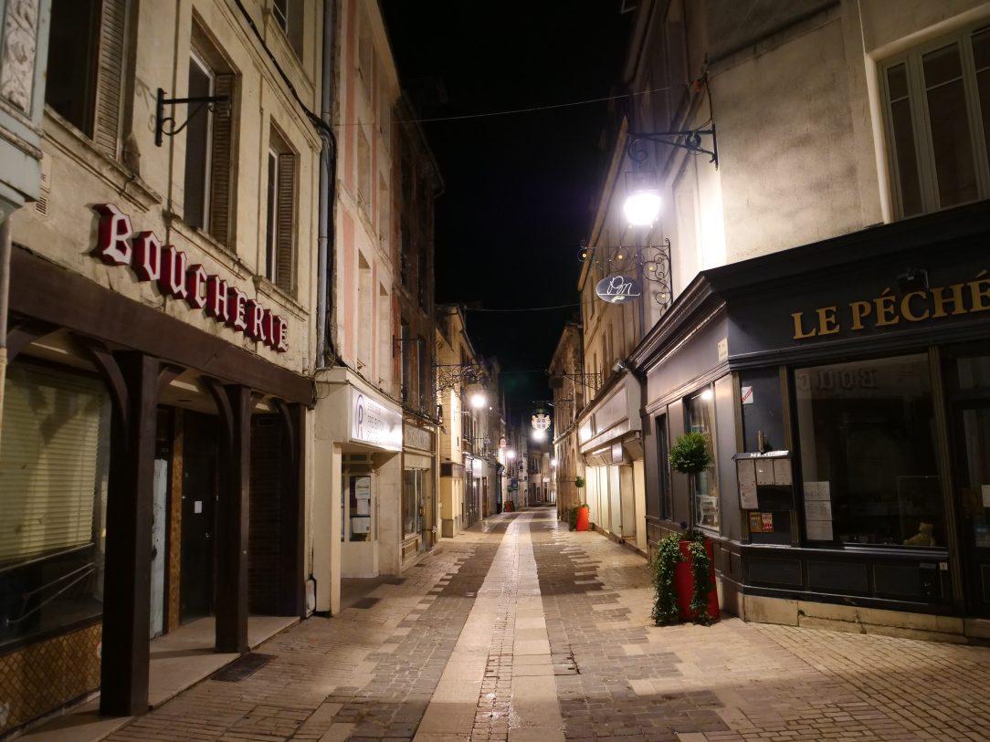 Laon, dans la rue principale au milieu de la nuit