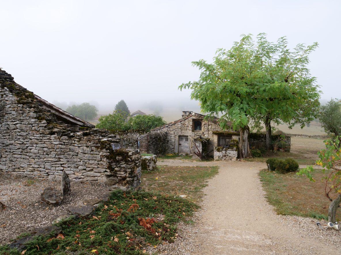 La vue sur le jardin de Lou Repaou une maison d'hôtes à Aujols