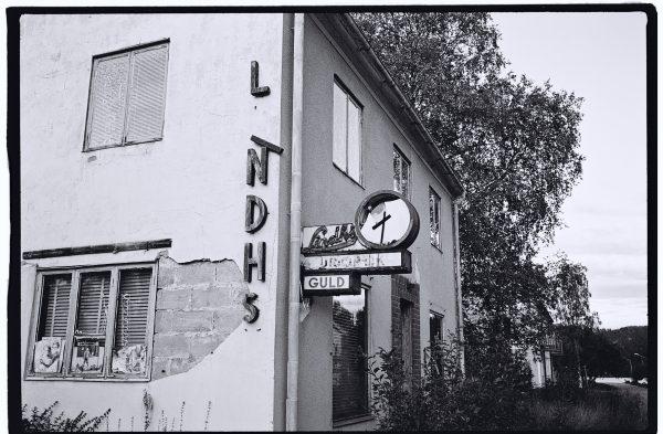une boutique en noir et blanc