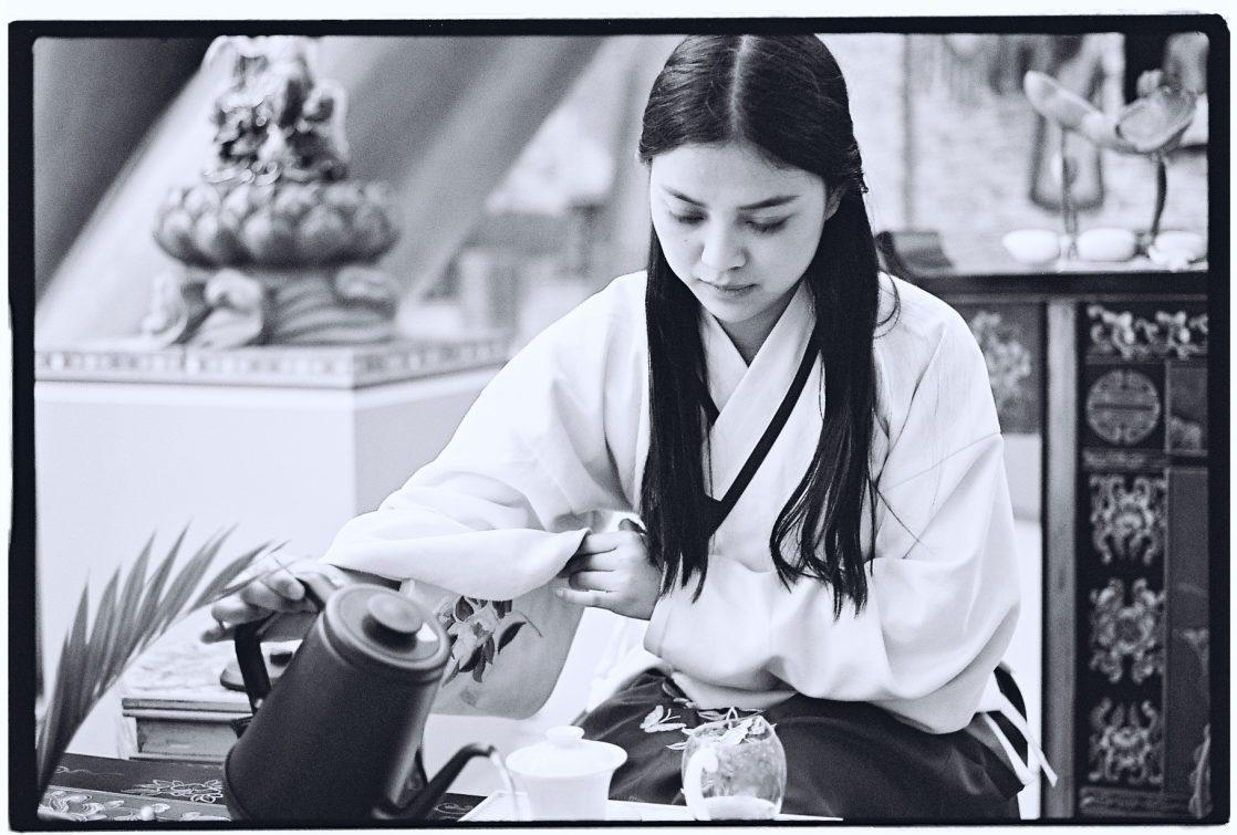 Impassible cette jeune fille prépare le thé sereinement