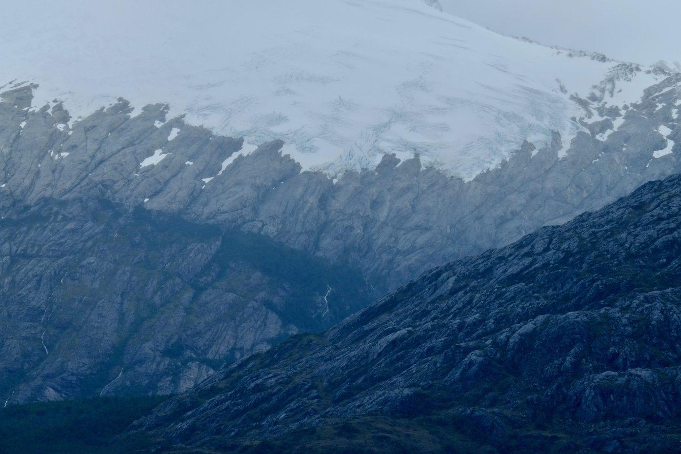 La roche sombre des fjords de la terre de feu
