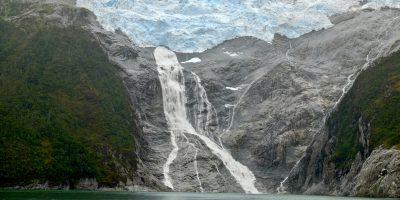 un immense glacier au dessus du vide le long du canal de Beagle