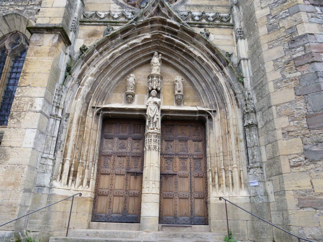 l'entrée de l'église de Saint-Côme d'Olt