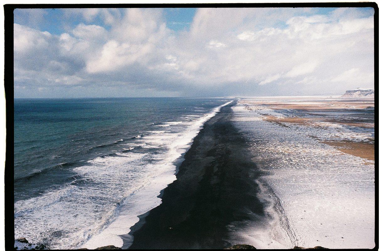 En Islande, une magnifique plage de sable noir