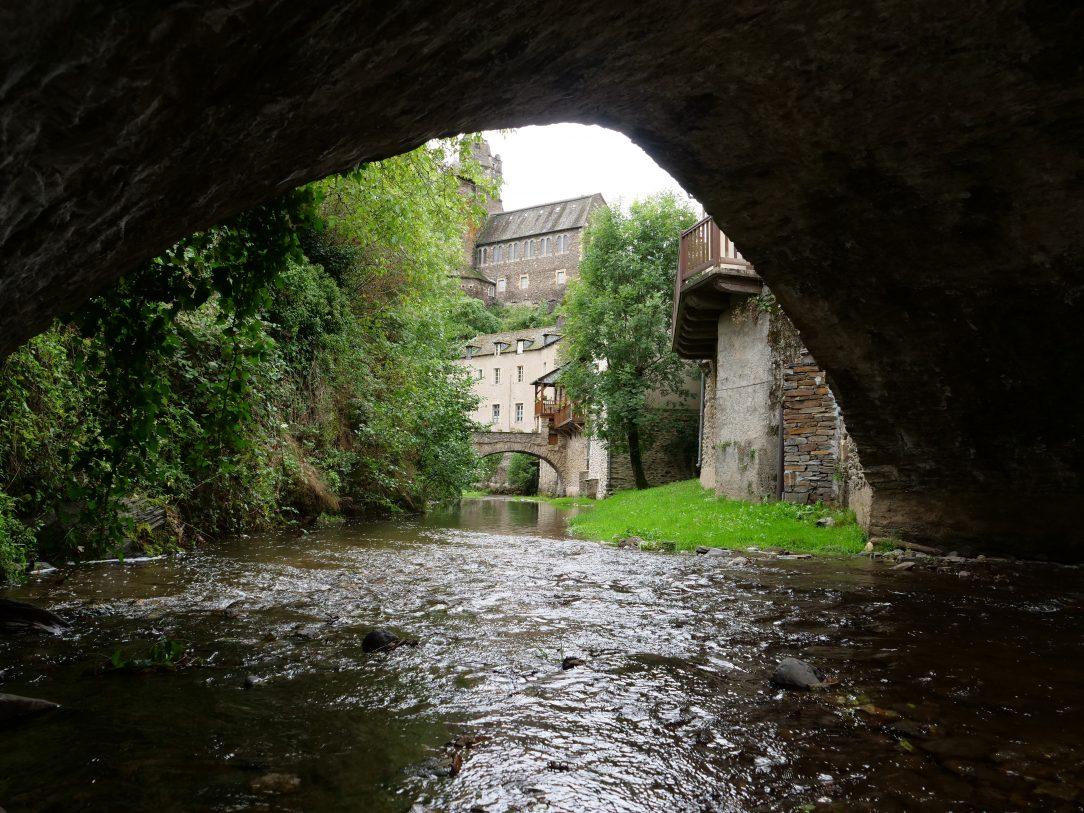 la vue sur les ponts du village d'Estaing