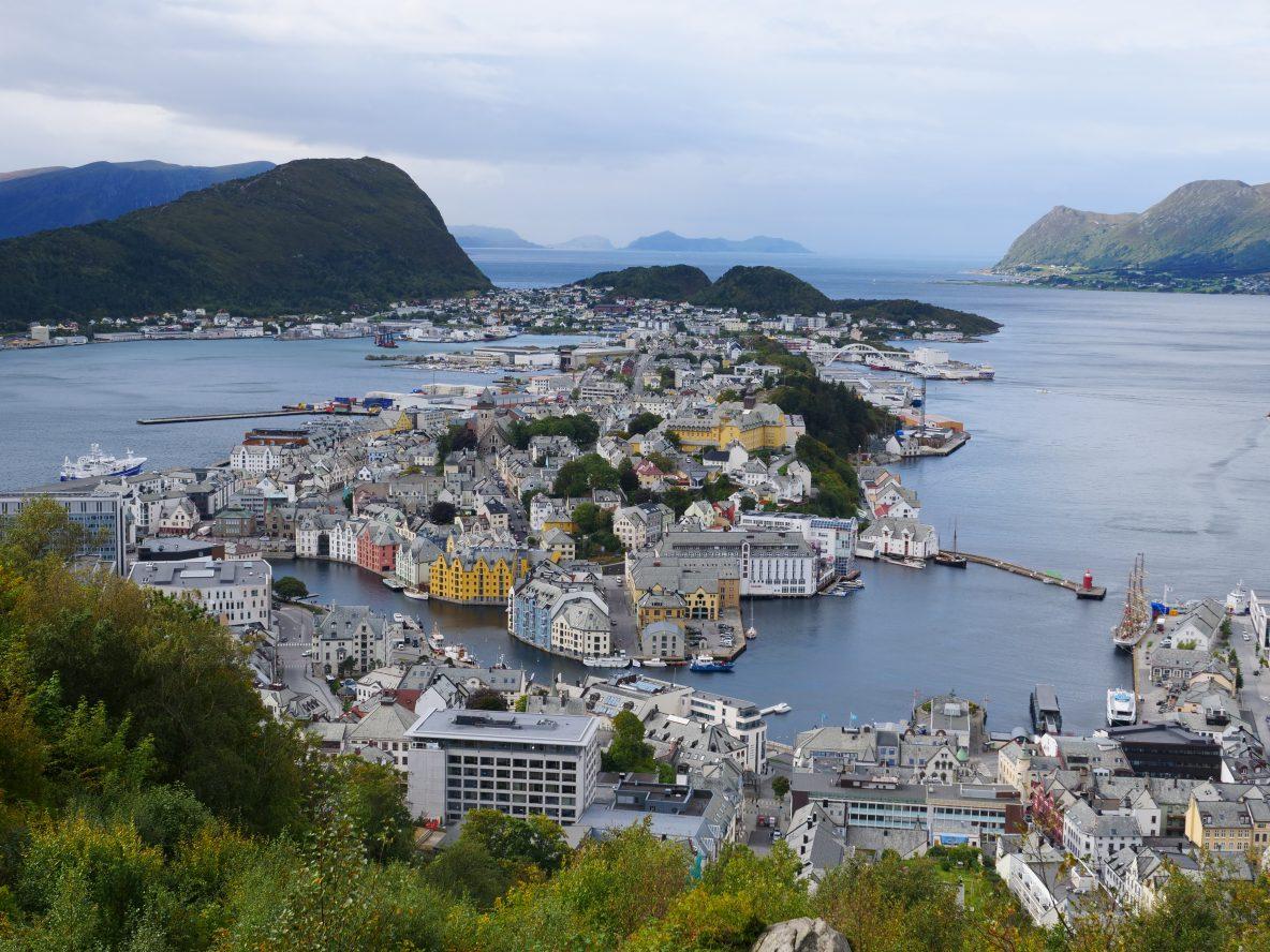 Une vue sur le centre ville et le port d'Alesund