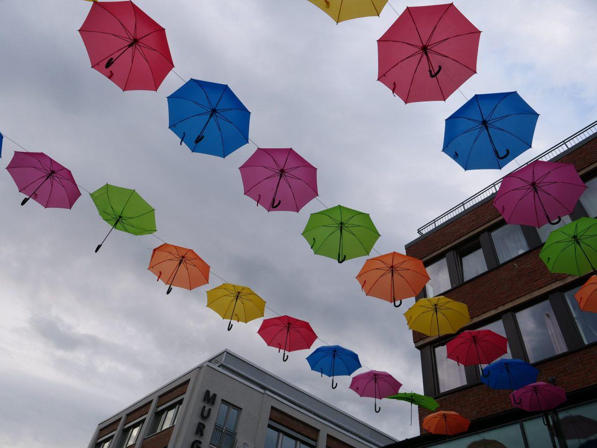 Des parapluies dans les rues de Trondheim