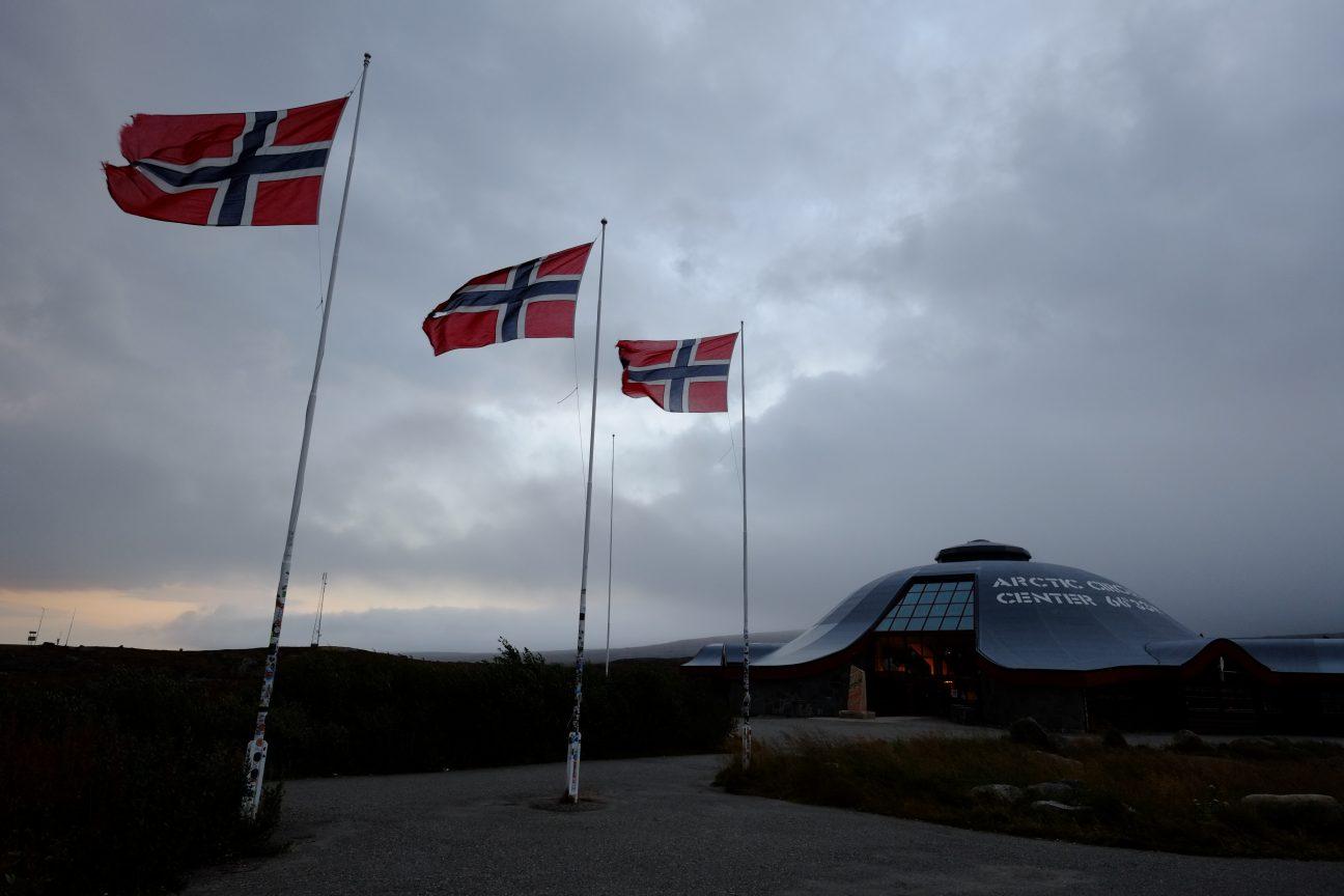 Quelques drapeaux norvégien pour célébrer le cercle polaire