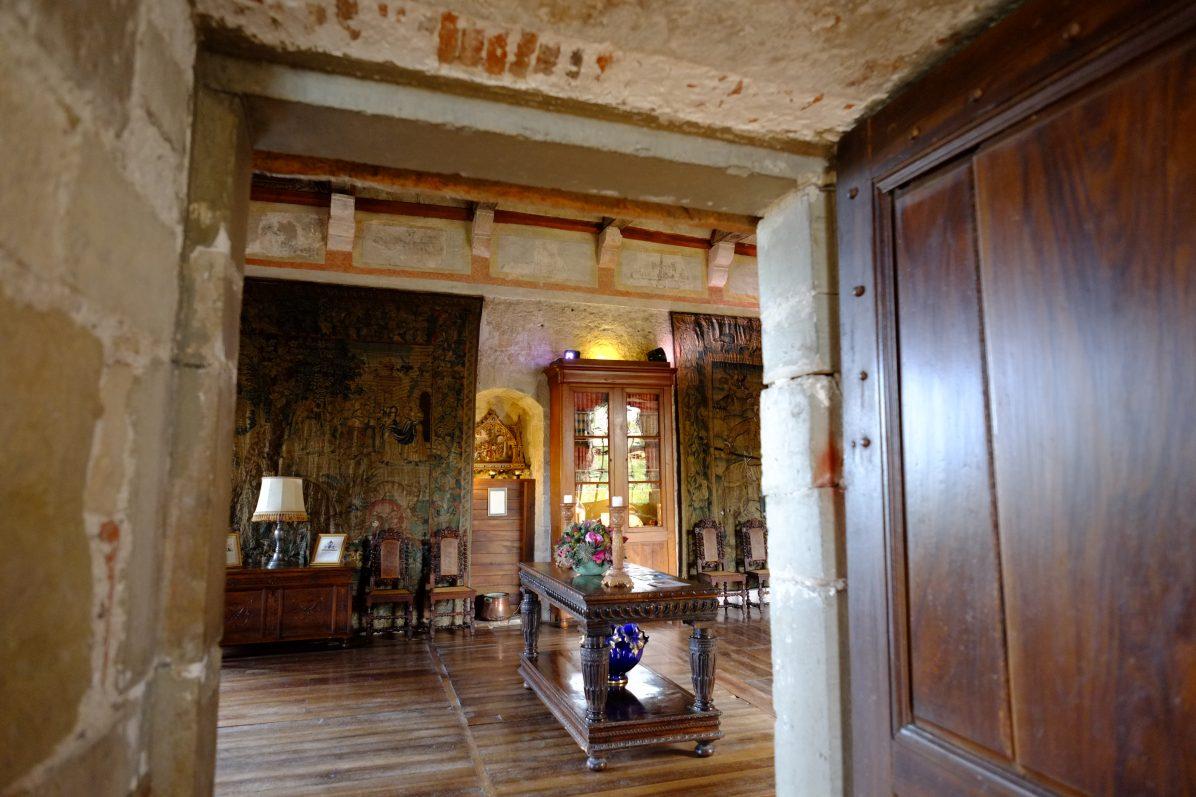 Les salles du château de Cénévières l'une des choses à voir dans le département
